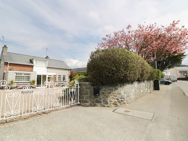 ERWENNI, family friendly, with hot tub in Nefyn, Ref 974148