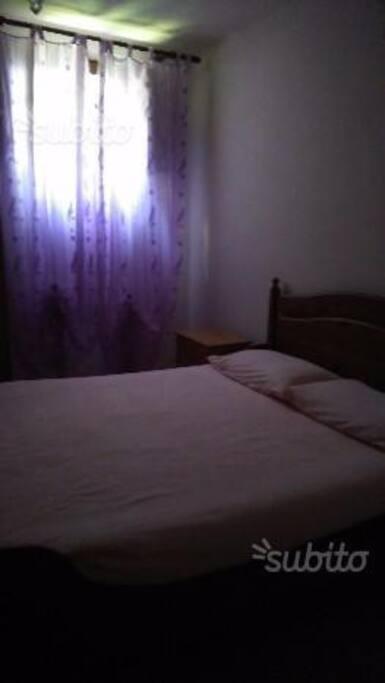 camera matrimoniale con lettino per bimbo e un letto aggiuntivo x adulto