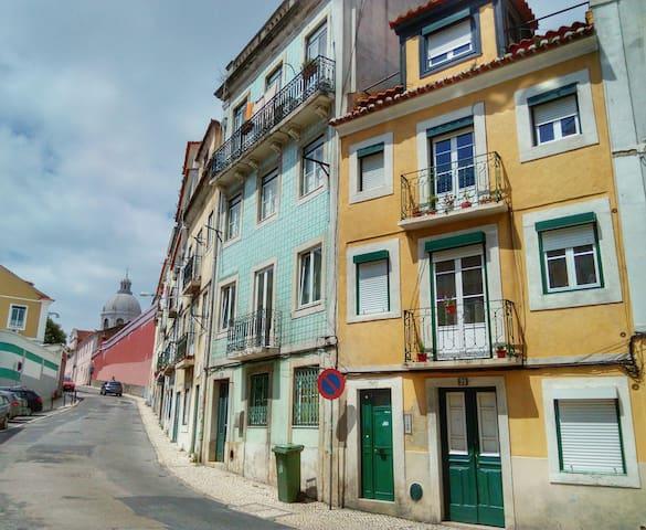 Joli appartement près de «Feira da Ladra»