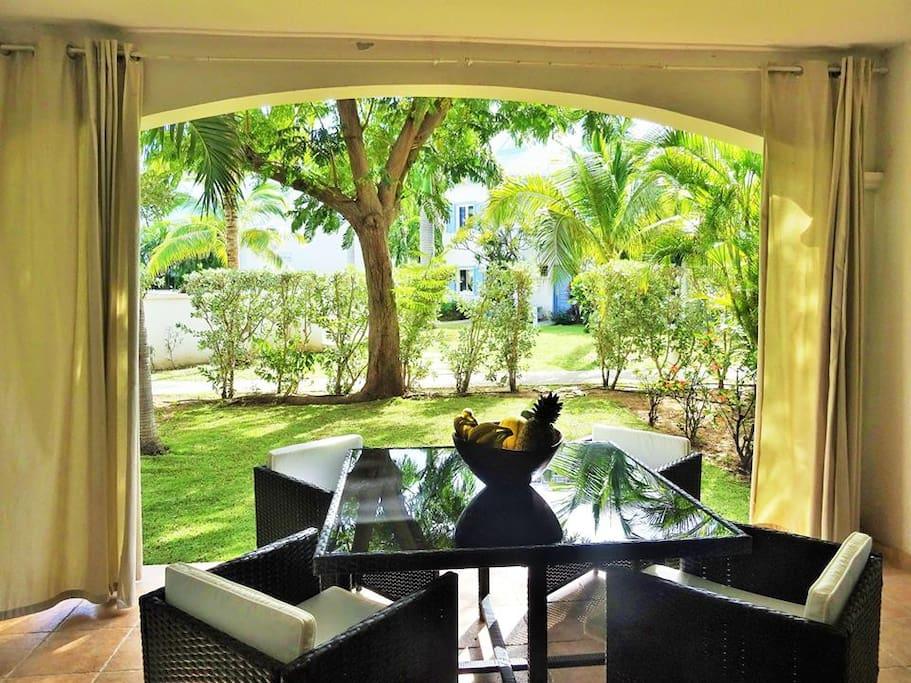 La terrasse est ombragée et bien ventilée.