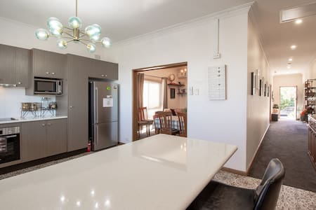 Sydney airport 5 mins spacious 4 bedrooms