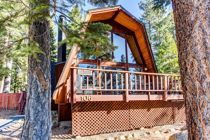 Wonderful A-frame cabin with lake views, shared pool, & tennis courts!