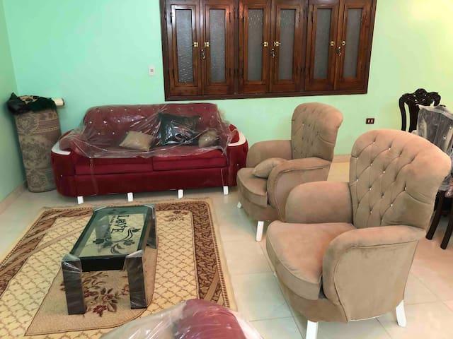 شقة مفروشة جديدة تماماً فى كمبوند راقى و هادى