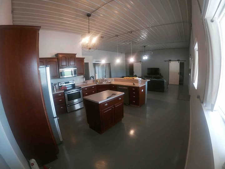 Deluxe Barndominium |  King bed + Pkg