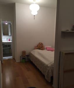 Grosses schönes Zimmer mit eigenem Bad - Wohnung