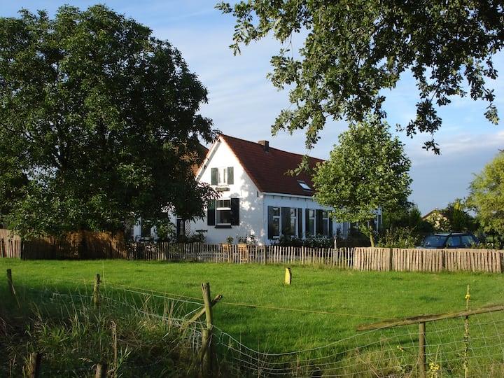 De knusse koeienkamer op Boerderij de Zalm.