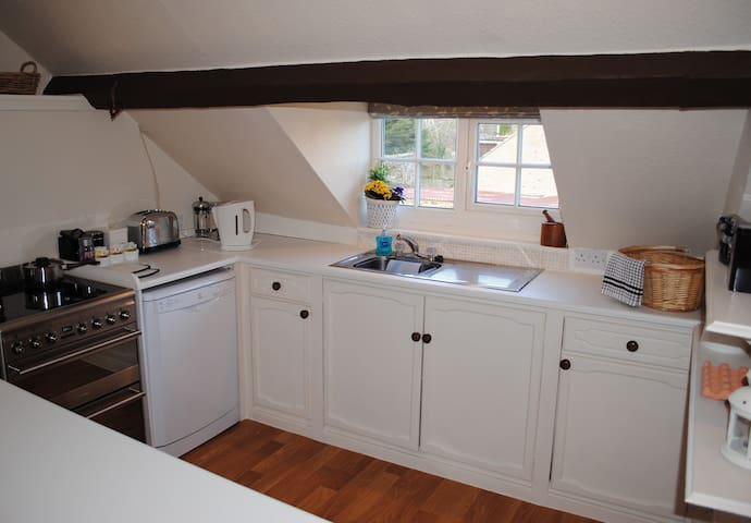 Well equipped kitchen with dishwasher, microwave and Smeg cooker