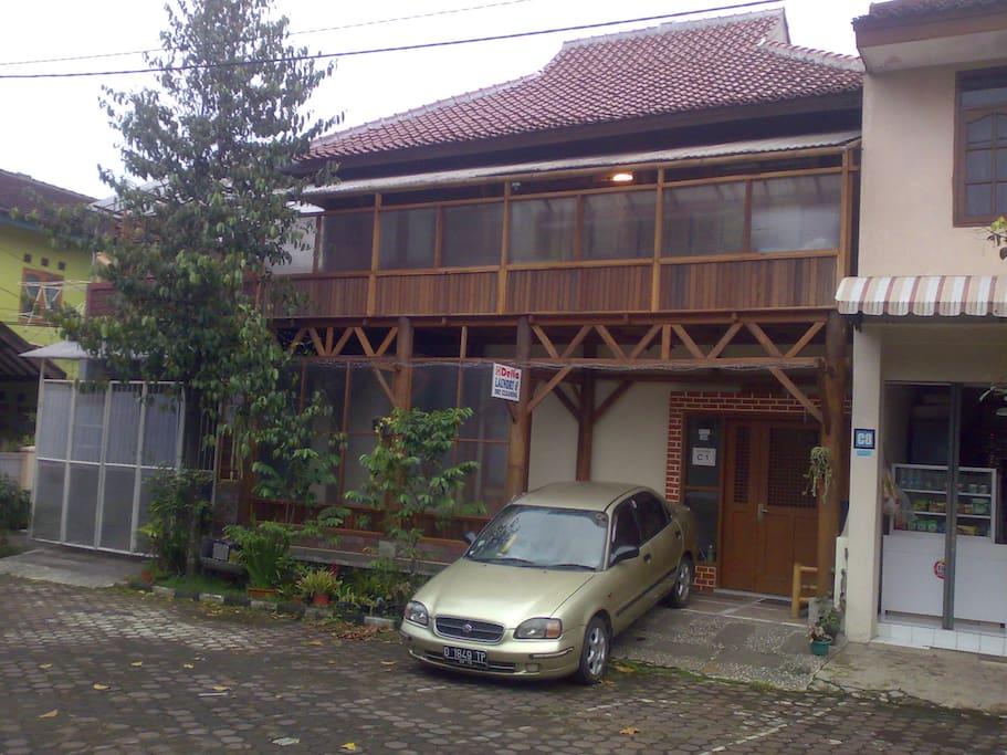 Disewakan Rumah  Kayu di Lantai 2 Houses for Rent in