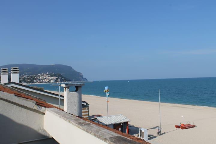 Mansarda con terrazza sul mare  - Marcelli - Byt