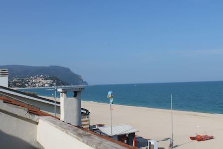 Mansarda con terrazza sul mare  - Marcelli - 公寓