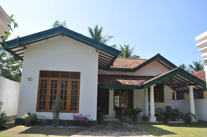 Coconut Garden,with swimming pool. - Negombo - House