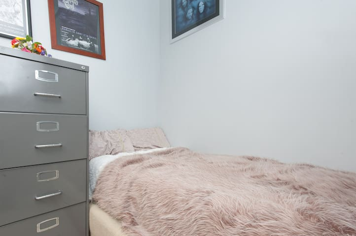 Clean tidy & private room in house - Marrickville - Huis