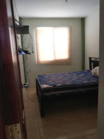 Cuarto con cama 2 plazas y ropero con aire acondicionado