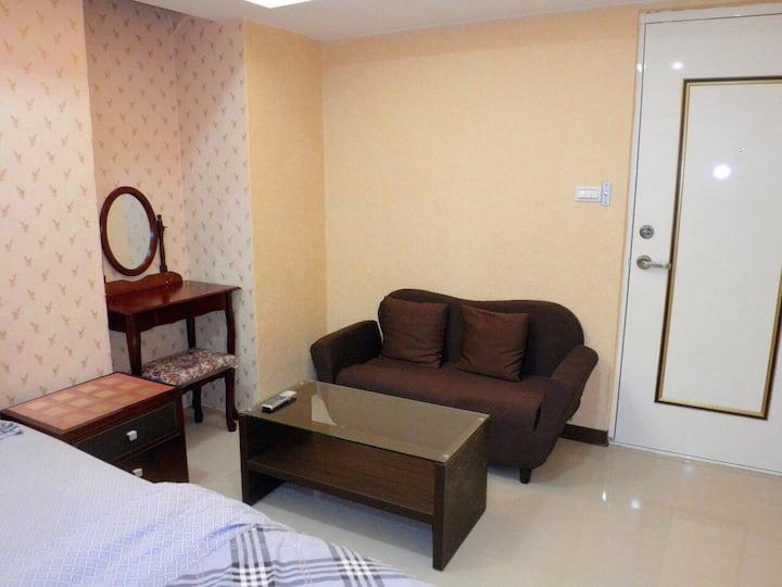 303decent suite in CBD w/ bath 5 min MRT 市中心電梯獨立套房