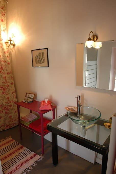 Salle de bain moderne avec tout confort:sèche cheveux...