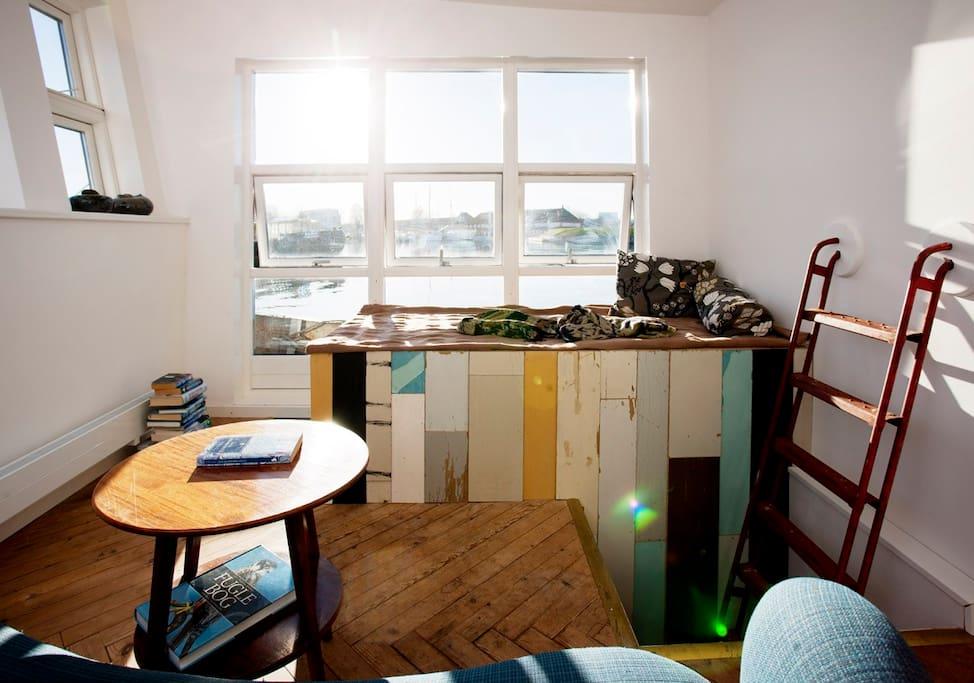 Lys stue ovenpå, med den skønne udsigt.