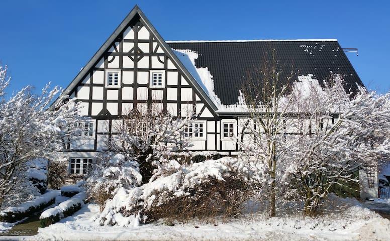 Historisches Fachwerkhaus in ländlicher Dorflage