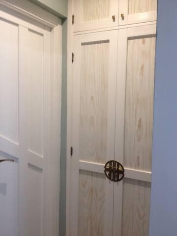 pequeño vestidor y entrada baño