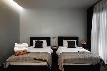 Twin (2 beds, 4 feet each)