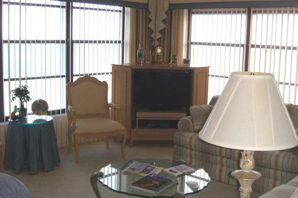 Flat Screen TV with free cable & wifi, 2 sofas & comfortable recliner