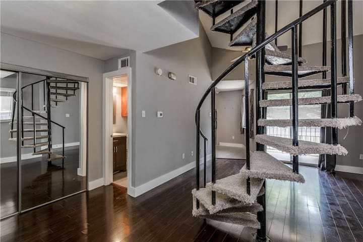 Gorgeous Riverside Loft - 2 miles from downtown!
