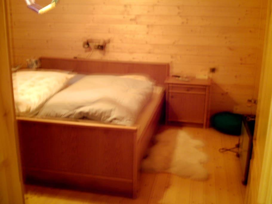 Rustikales Schlafzimmer mit Doppelbett und Wandschrank +  zusätzliches Gästebett zum Aufklappen.