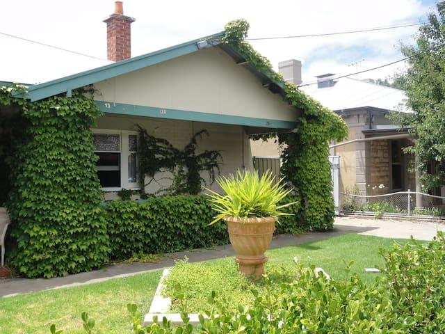 West Side Bungalow  - Mile End - Huis
