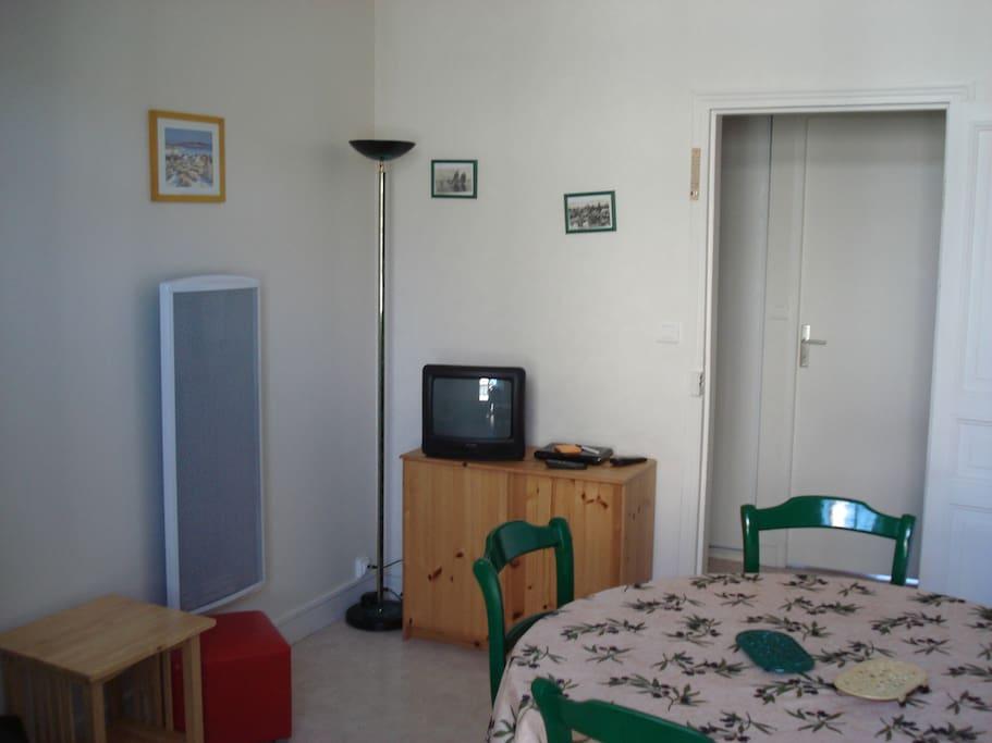 Salon avec télé et informations touristiques