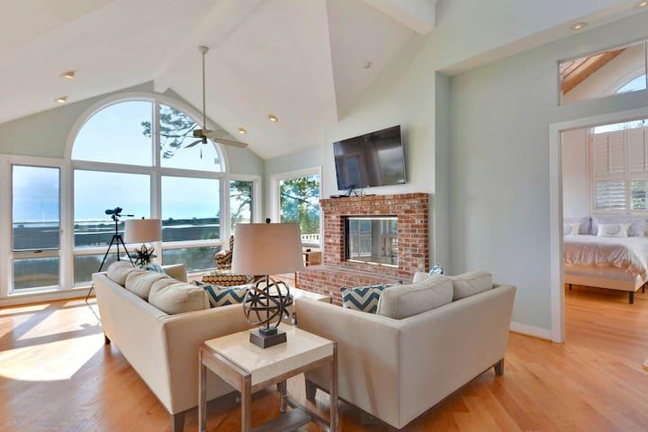 Luxurious home w/ dock, pool table, decks, & shared pools-dogs OK!