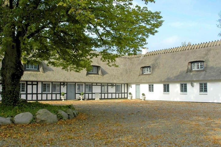 Moderna casa de vacaciones en Ronaes Dinamarca con piscina