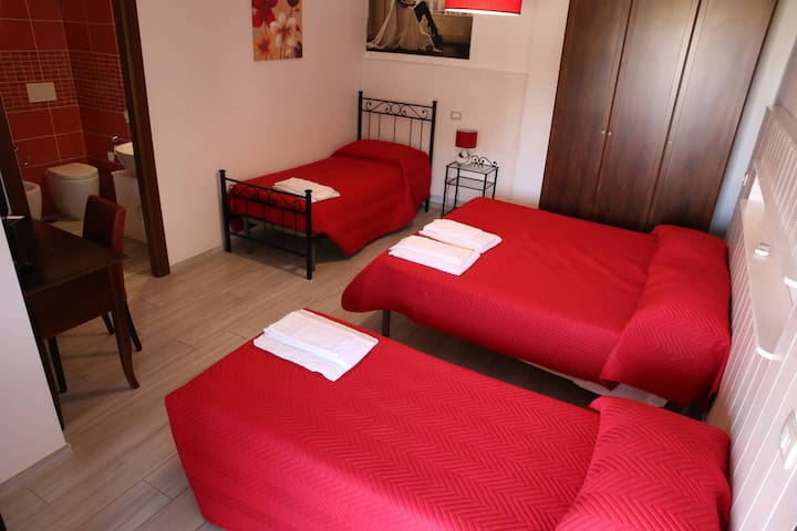 CAMERA RED DI MABELL GUEST HOUSE