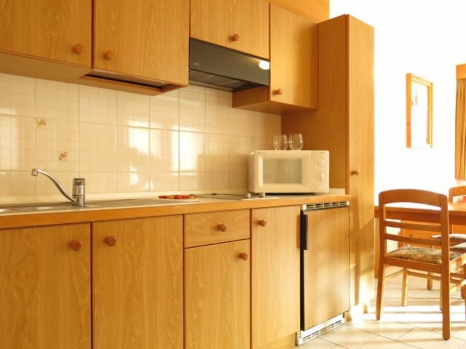 Cucina corredata e attrezzata di frigo, microonde e piastre ad induzione