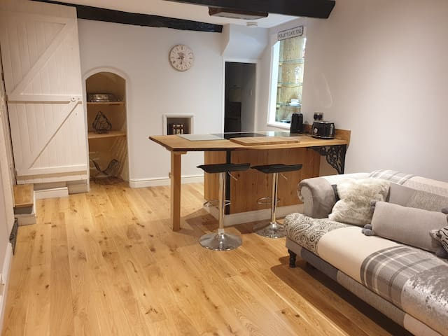 2 Bedroom, 3 Storey town house in central Topsham