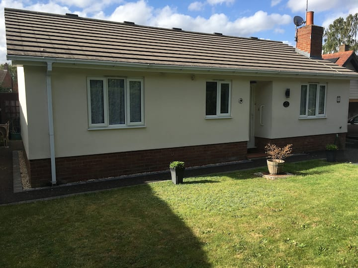 Spacious bungalow with private garden & parking