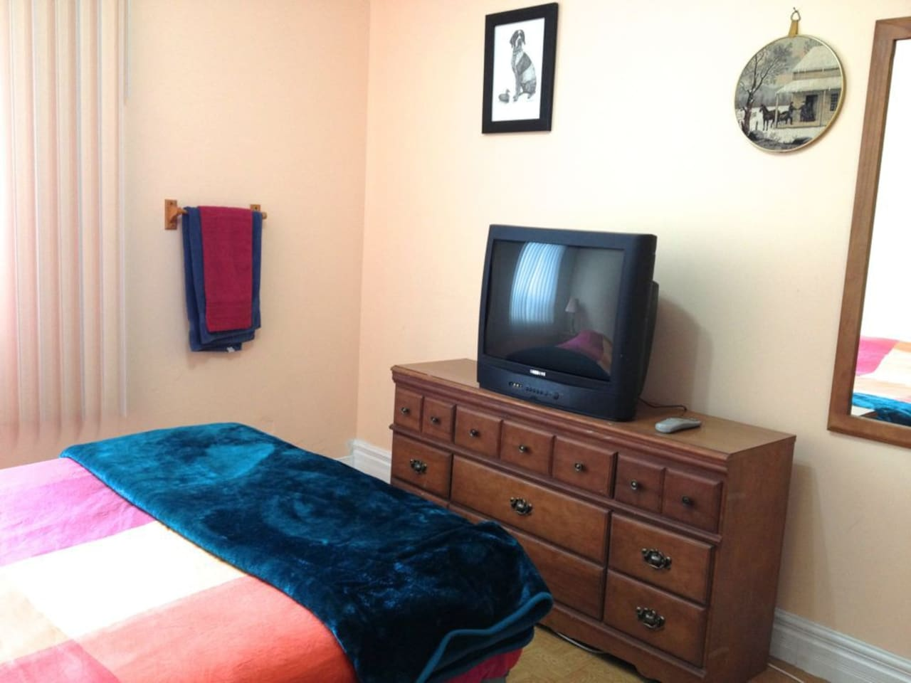 La chambre et sa vieille TV - The room and its old TV!