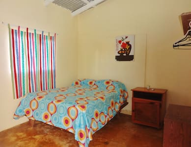 Gipsy Ranch Rooms is located 10 minutes' walk from the Encuentro Surf Beach and 5 km from Cabarete Town Centre. It features a swimming pool, barbecue facilities and free Wi-Fi and it's surrounded by domestic animals and farm animals.