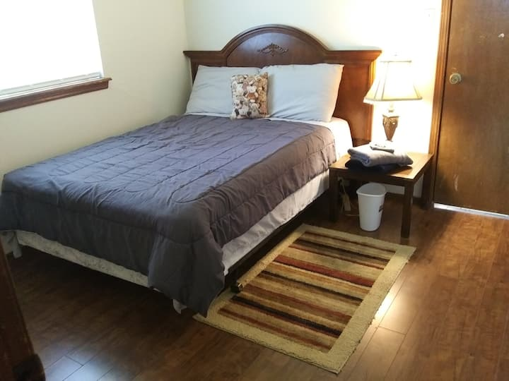 *SUNRISE Rm, full bed, 2 miles to OU campus