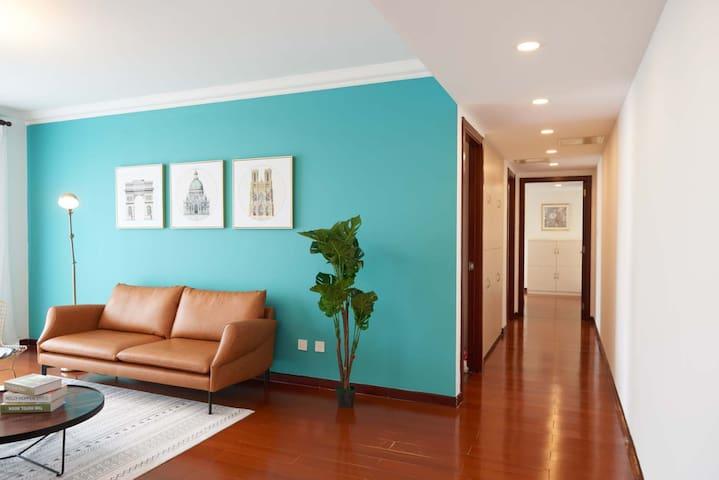 摩洛哥风客厅皮质沙发和房间内走廊