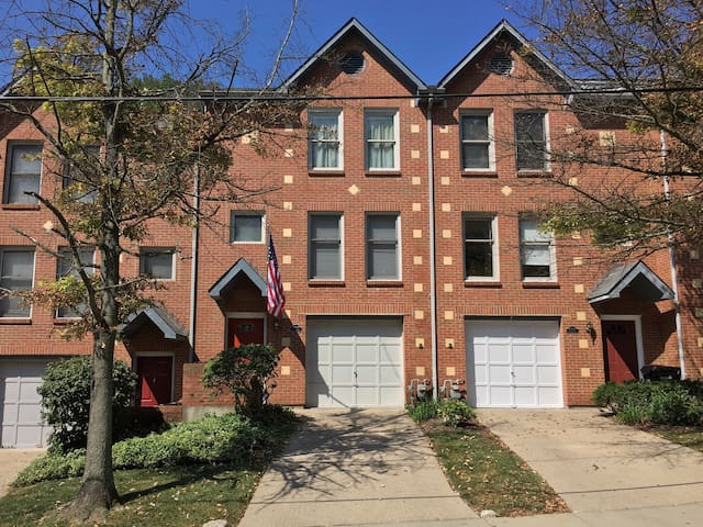 Park like setting close to downtown - Cincinnati - Complexo de Casas