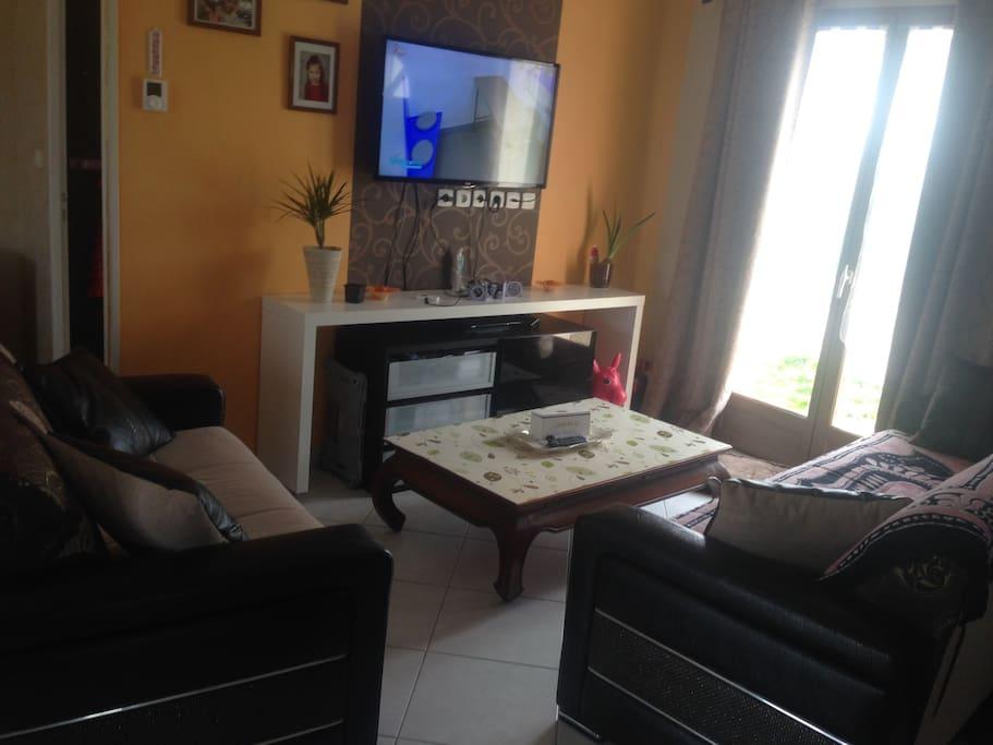 Salon avec PlayStation station multimédia