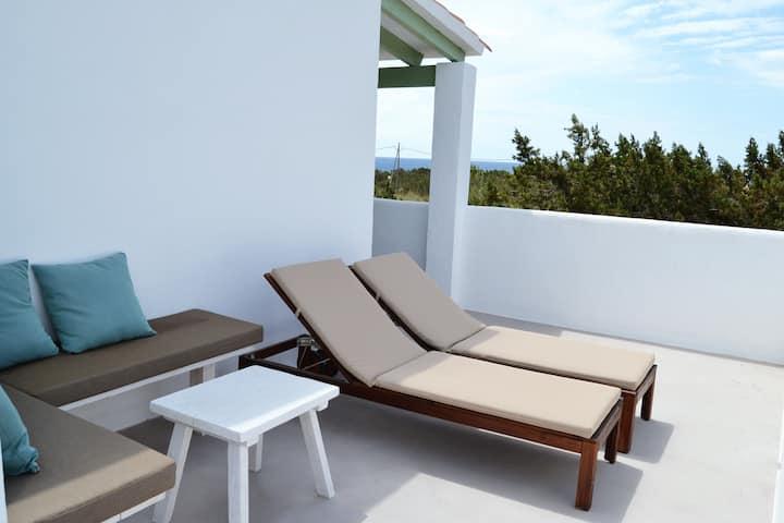 Suite con terraza privada y vistas a Playa Migjorn