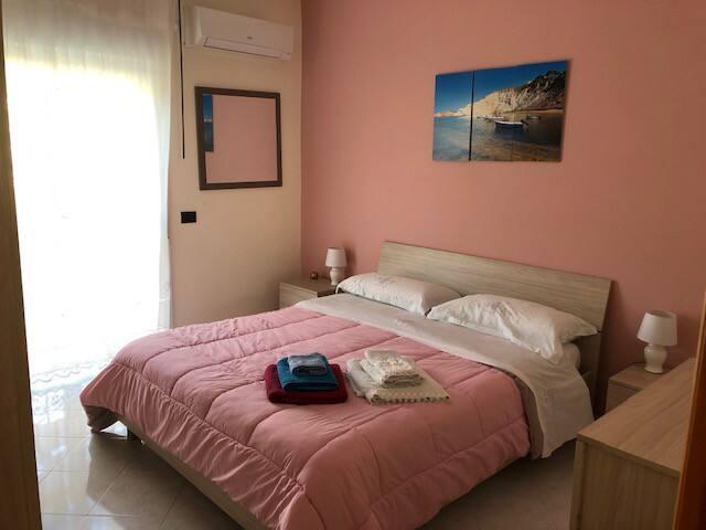 camera da letto con letto matrimoniale con TV ed aria, cabina armadio condizionata