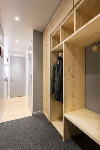 Entrée avec dressing sur mesure, penderie, placard avec 6 sèche paires de chaussures, banc intégré pour chausser vos chaussures de ski