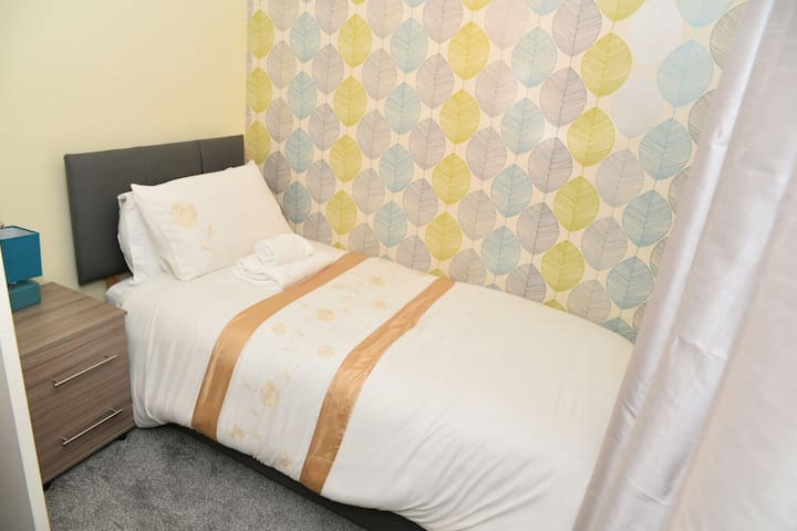 SLEEP 7 COMFORTABLE 2 Bed Home Plus Car Parking