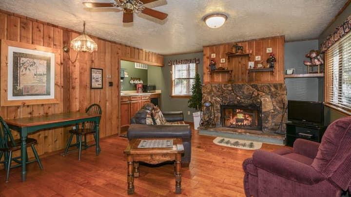 """Whispering Pine Cabins - """"Pinecone""""  -  Upper Canyon - Fireplace & Whirlpool"""
