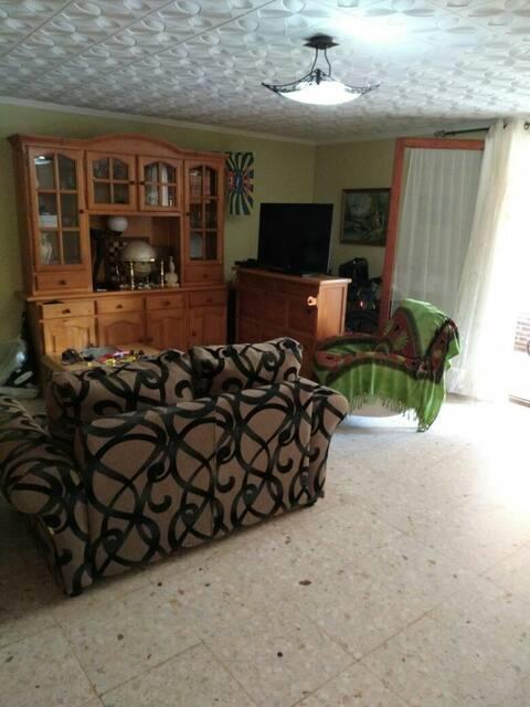 комната в просторной квартире рядом с морем