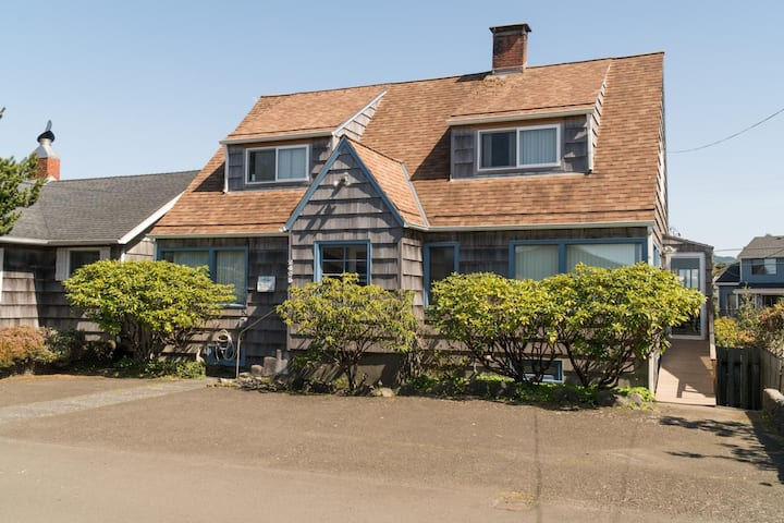 Large home in the heart of Seaside sleeping 10 just moments from the beach!