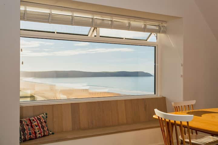 WHAT A VIEW! This newly renovated apartment ticks all the boxes! Sleeps 5  Sunnyside Apartment.