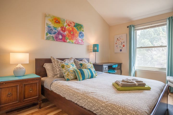 Gorgeous Bedroom, Queen Bed with Private Bathroom
