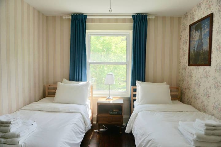Beautiful Twin Bedroom - Guest House on Caledonia